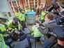 Лондонская полиция задерживает участников студенческого митинга