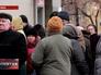 Жители Луганска возле банка