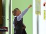 Школьники смотрят расписание уроков