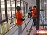 Волонтеры украшают коридоры в детском онкоцентре в Москве