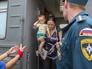 Сотрудники МЧС и волонтеры встречают беженцев из Украины