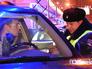 Инспектор ДПС проверяет водительские права
