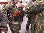 Народные ополченцы Новороссии осматривают боекомплект украинских силовиков