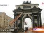 Коммунальщики моют Триумфальную арку