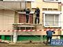 Рабочие делают капремонт в доме