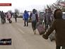 Люди переходят российско-украинскую границу в Крыму