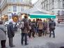 Очередь к киоску с прессой в Париже