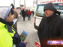 """Сотрудник """"Социального патруля"""" общается с бездомным"""