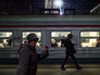 Пассажиры на перроне Казанского вокзала в Москве