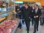 Председатель правительства РФ Дмитрий Медведев во время посещения одного из продовольственных магазинов