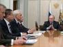 Президент России Владимир Путин (справа) во время встречи с экспертами в области экономики