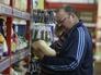Покупатель у прилавка с крупами в одном из супермаркетов