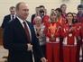 Президент России Владимир Путин во время встречи в аэропорту с призерами зимней Универсиады-2015