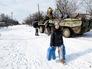Жительница, получившая гуманитарную помощь от народных ополченцев ЛНР