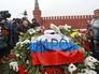 Люди несут цветы к месту убийства политика Бориса Немцова