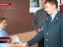 Сотрудник МЧС поздравляет ученика 5-го класса Ивана Кравцова