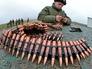 Военнослужащий Российской армии заряжает патроны в пулемётную ленту