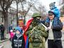 Жители Симферополя фотографируются с военным