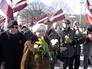 Ветераны латышского легиона СС и их сторонники из радикальных националистических организаций во время шествия к памятнику Свободы в Риге