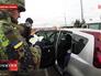 Солдат украинской армии проверяет документы