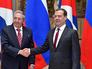 Премьер-министр Дмитрий Медведев и председатель Совета Министров Кубы Рауль Кастро