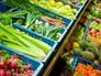 Отдел овощей и фруктов в супермаркете