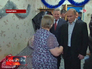 Владимир Путин посещает пострадавшую от наводнения женщину