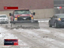 Снегоуборочная машина очищает проезжую часть от снега