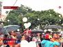Люди выпускают шарики в память о Моники Спир