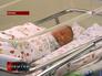 Новорожденный ребенок лежит в кувезе