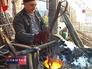 Осетинский художник плавит бронзу в печи