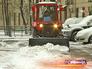 Трактор чистит тротуар от снега