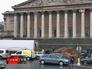 Навоз у фасада Национального собрания Парижа