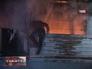 Житель дома спасается от пожара