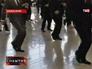 Бортпроводники танцуют для пассажиров в шанхайском аэропорту