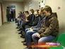 Призывники сидят в очереди в военкомате