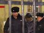 Полицейские ведут старшеклассника устроившего стрельбу в школе в Отрадном