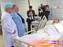 Врачи осматривают раненого во время стрельбы в 263-ей школе полицейского