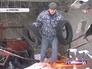 Автомобилист на руинах снесенного гаражного комплекса в Ясеневе