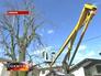 Комунальщики спиливают сухие ветки у дерева