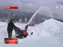Житель Австрии убирает снег