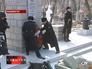 """На морском кладбище Владивостока гвардейцы возлогают цветы к памятнику героям крейсера """"Варяг"""""""