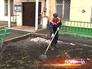 Дворник убирает мусор с газона