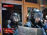 Сотрудники украинской милиции покидают административное здание