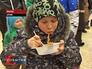 Мальчик ест масленичные блины
