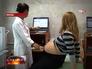 Врач проводит УЗИ беременной женщине