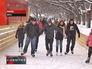Люди катаются на коньках