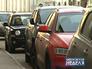 Машины припаркованы у обочины