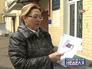 Женщина показывает план межевания дворовой территории