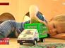 Мальчик играет с машинкой